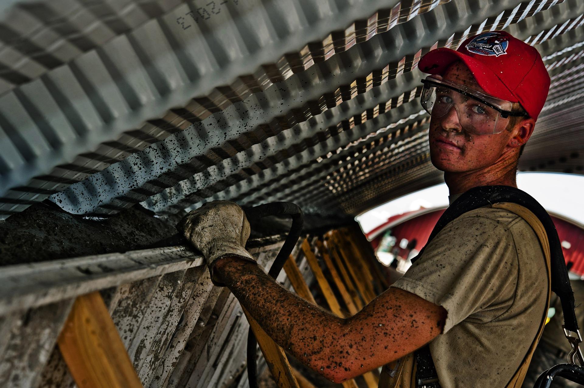 Zatrudnienie na podstawie umowy o pracę przy realizacji usług lub robót budowlanych – art. 29 ust. 3a PZP